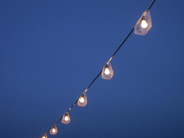 rozsvícené žárovky na laně
